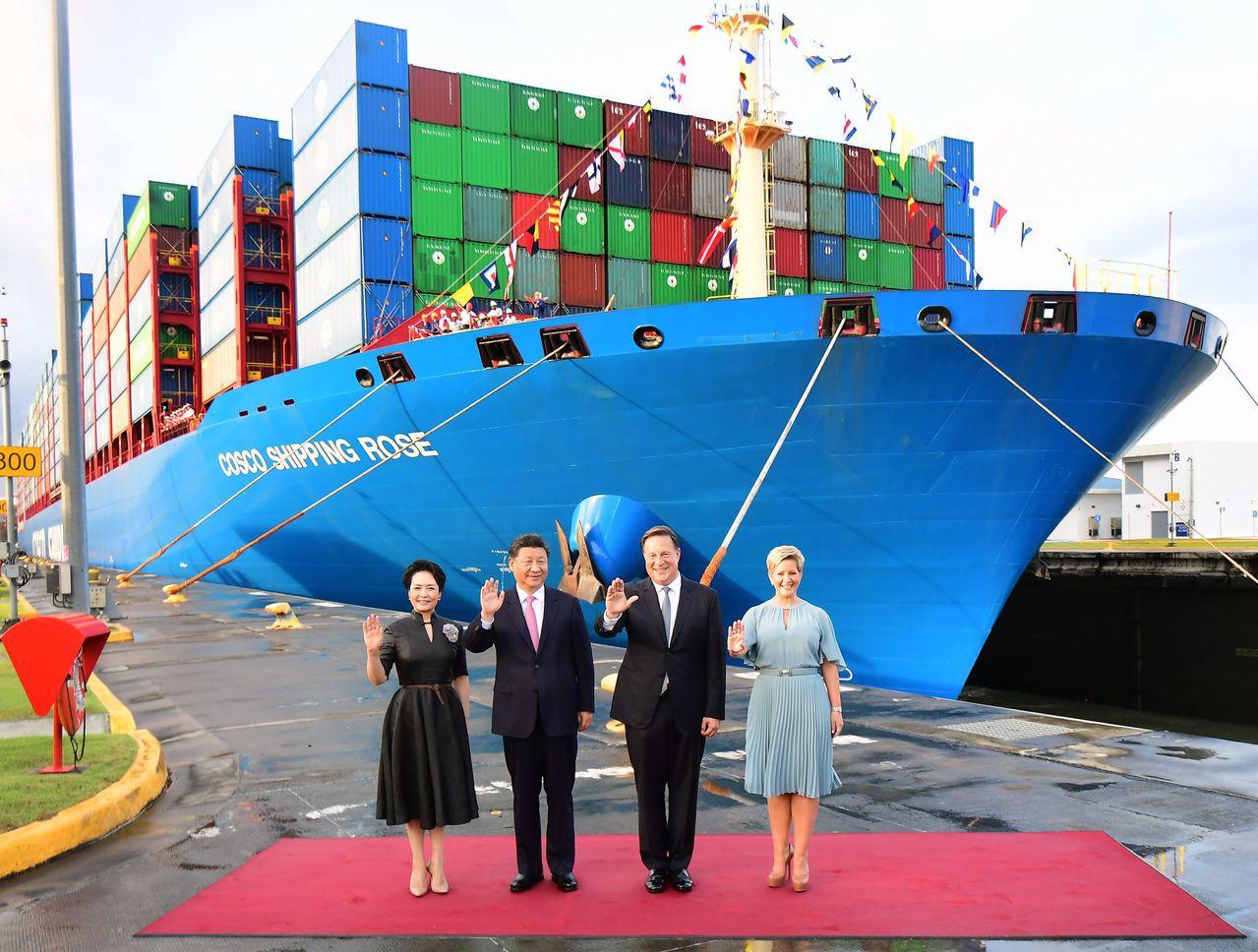大陸國家主席習近平與巴拿馬總統巴雷拉共同參觀巴拿馬運河新船閘,背景是中國遠洋海運...