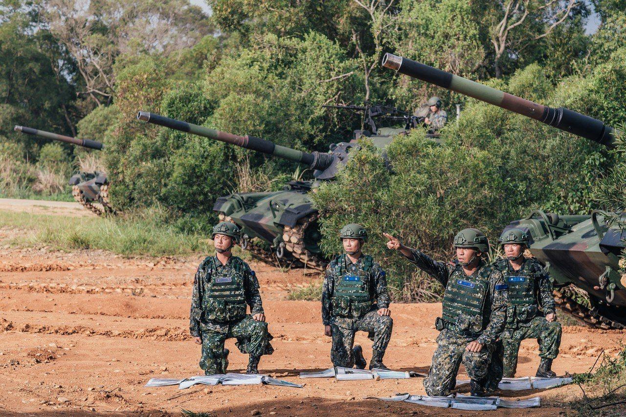 國防部上午公布108年的國軍形象月曆「衛疆」,圖為四月內容。國防部提供
