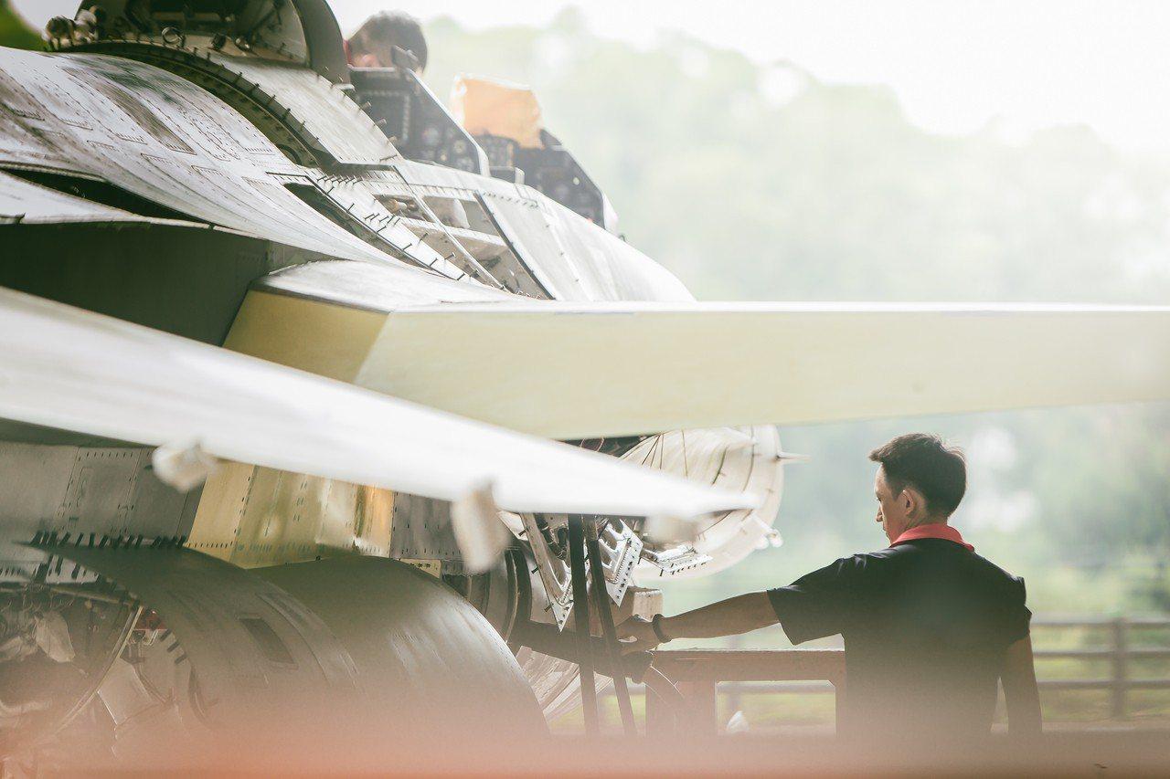 國防部上午公布108年的國軍形象月曆「衛疆」,圖為五月內容,F-16V生產線。國...
