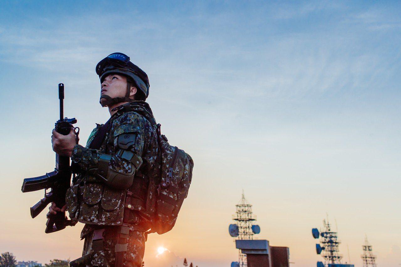 國防部上午公布108年的國軍形象月曆「衛疆」,圖為二月內容。國防部提供