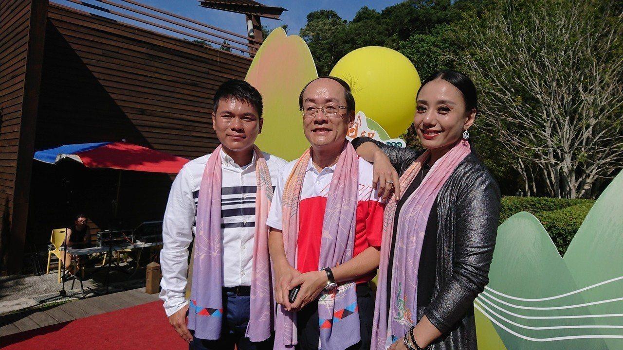 林務局嘉義林管處長張岱,感謝舒米恩(左)、高慧君(右) 為音樂會宣傳。記者卜敏正...