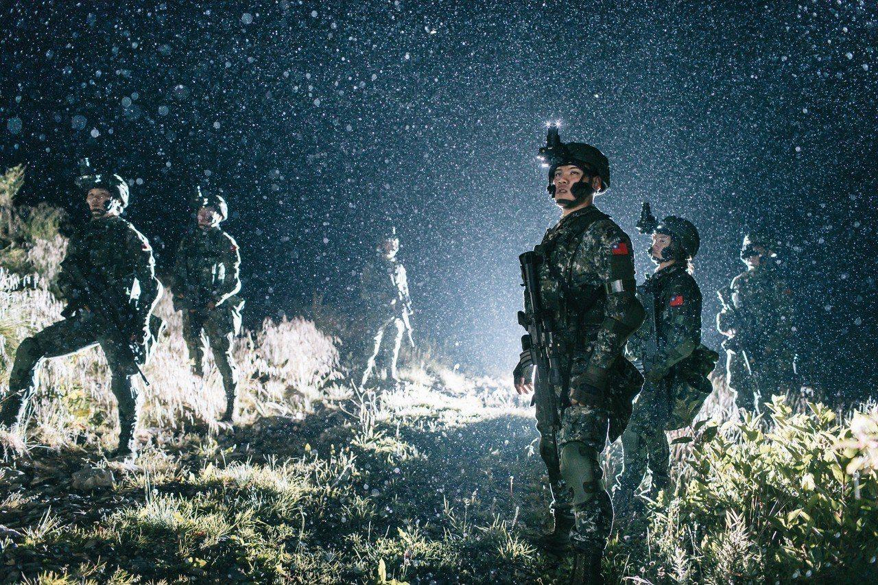 國防部上午公布108年的國軍形象月曆「衛疆」,內容有不少陸軍航特部特一營山隘行軍...