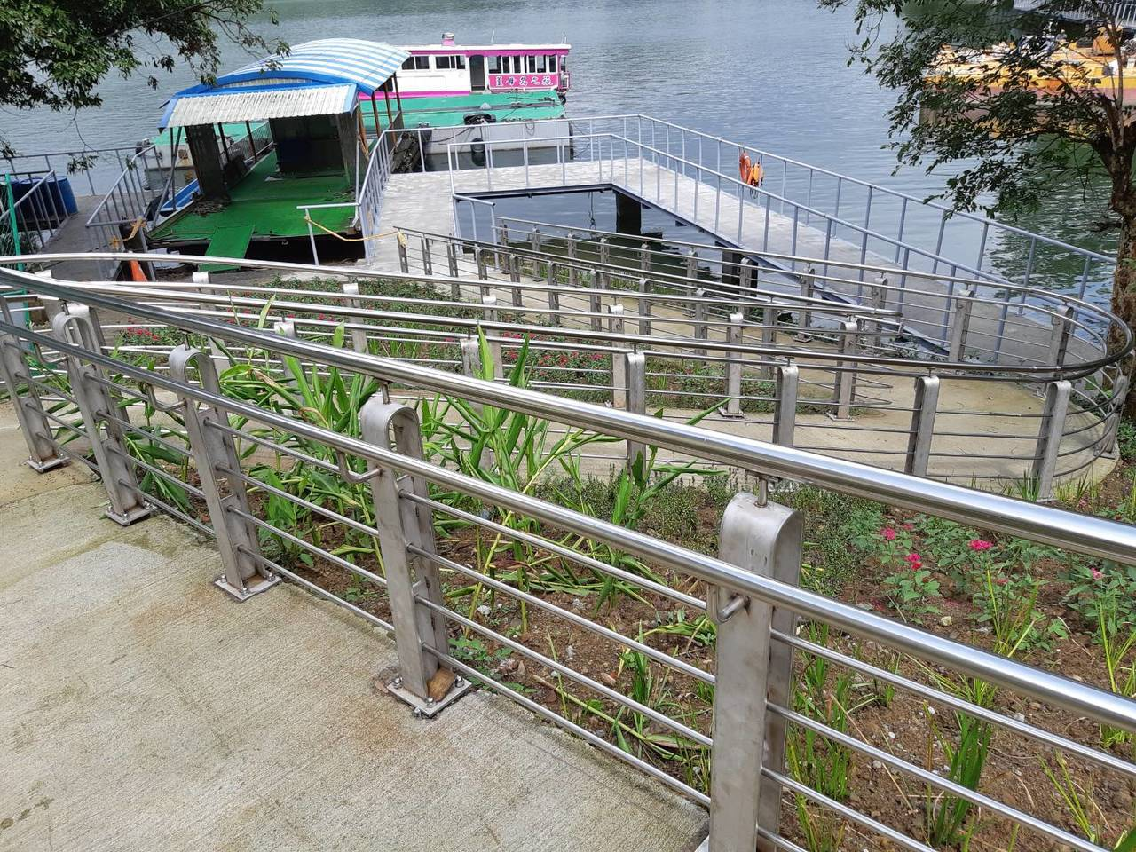 桃園石門水庫薑母島碼頭,新設登島棧道及臨水棧道。圖/經濟部北水局提供