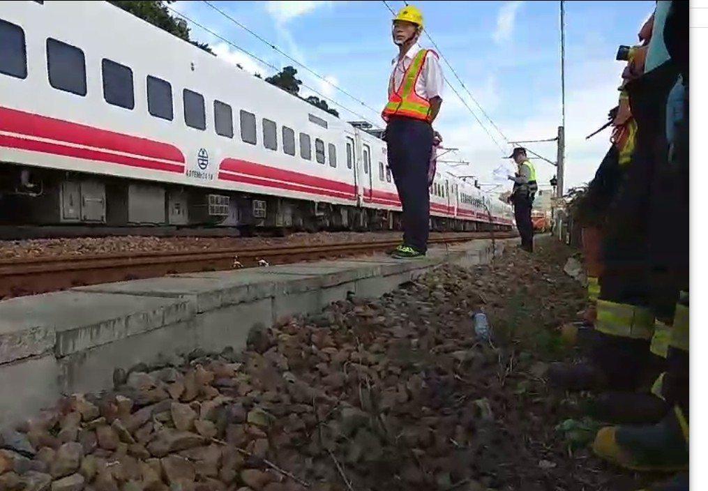 台鐵山佳路段發生事故,1名年約60歲男子被普悠瑪列車壓死。記者林昭彰/翻攝