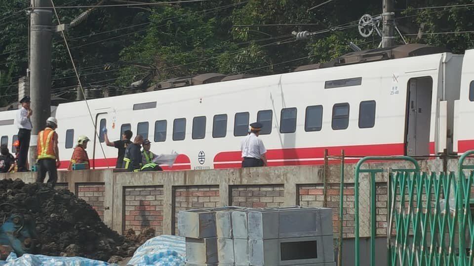 台鐵山佳路段發生事故,1名年約60歲男子被普悠瑪列車壓死。圖/讀者提供