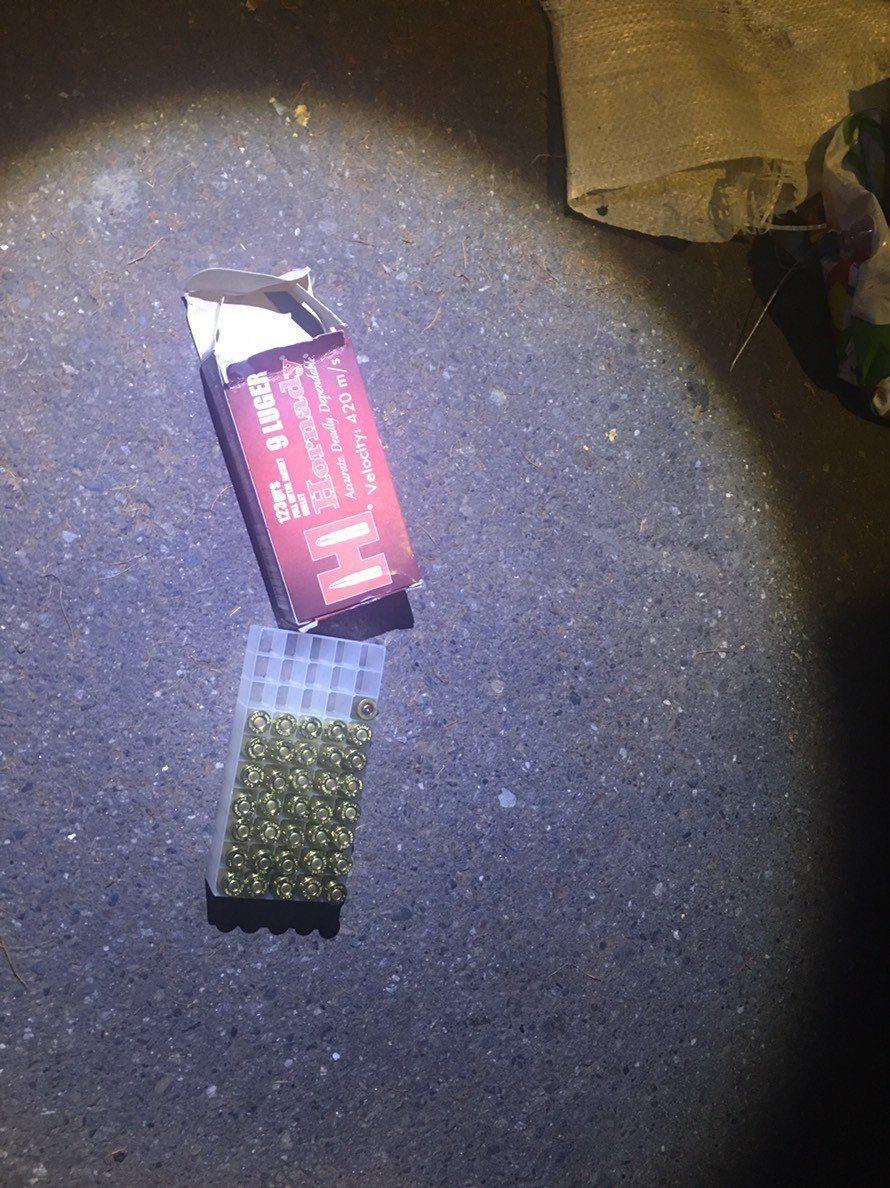 警方前往現場勘查,又找到一盒子彈,共有36顆,總計有56顆子彈。記者袁志豪/翻攝