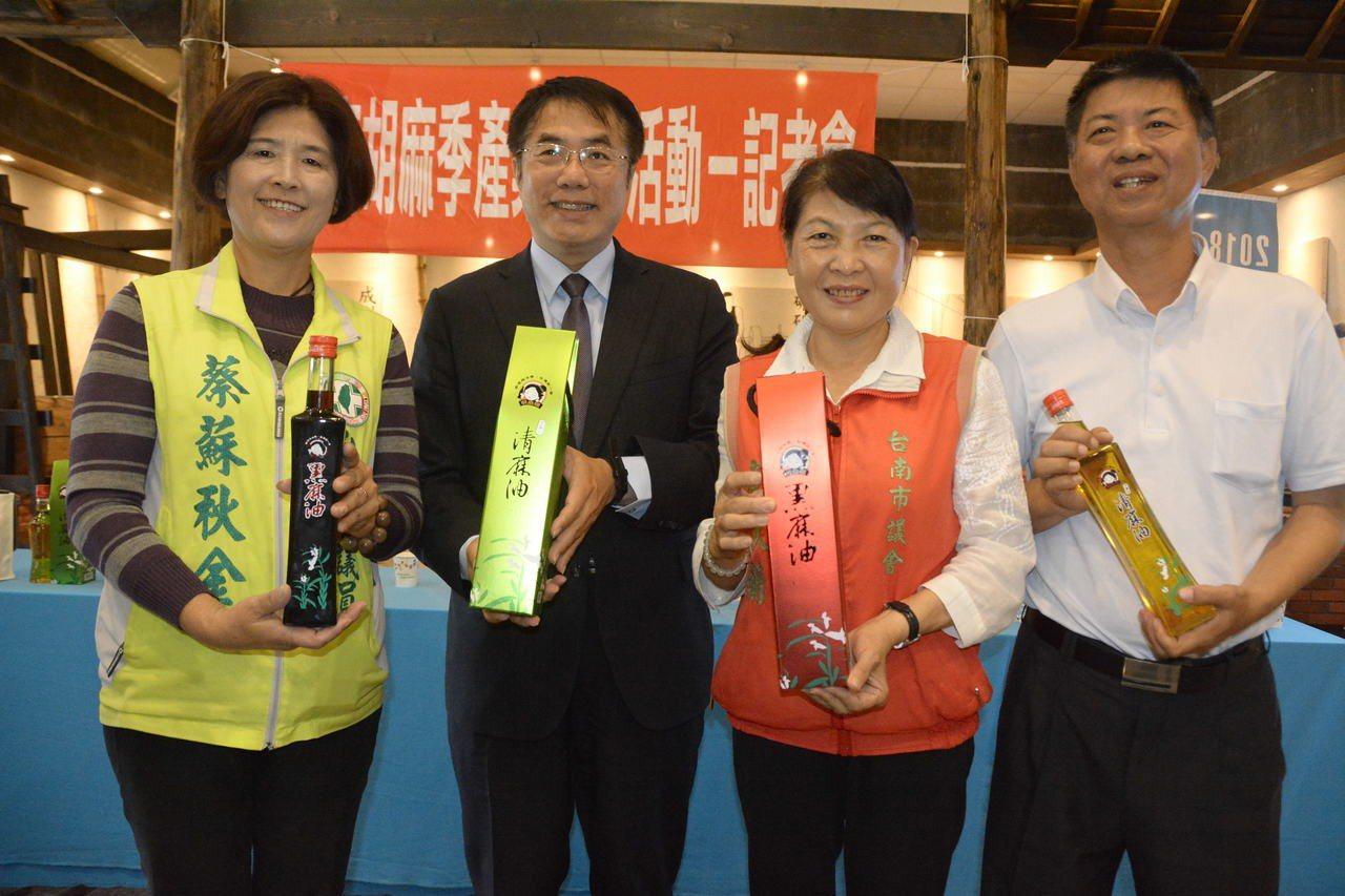 台南市長當選人黃偉哲(左二)與3位西港出身市議員當選人共同推薦西港胡麻油。記者吳...