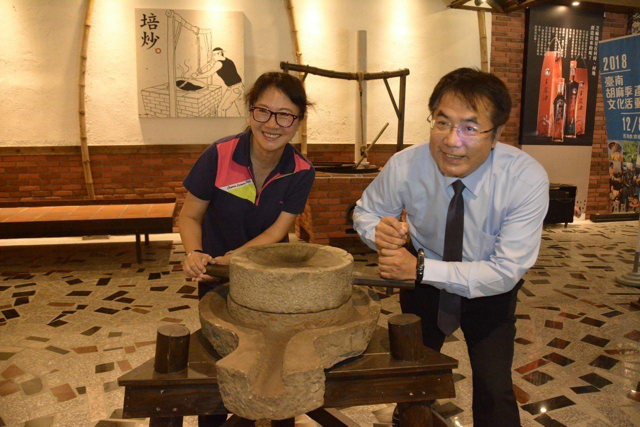 台南市長當選人黃偉哲(右)體驗傳統磨製芝麻醬。記者吳淑玲/攝影