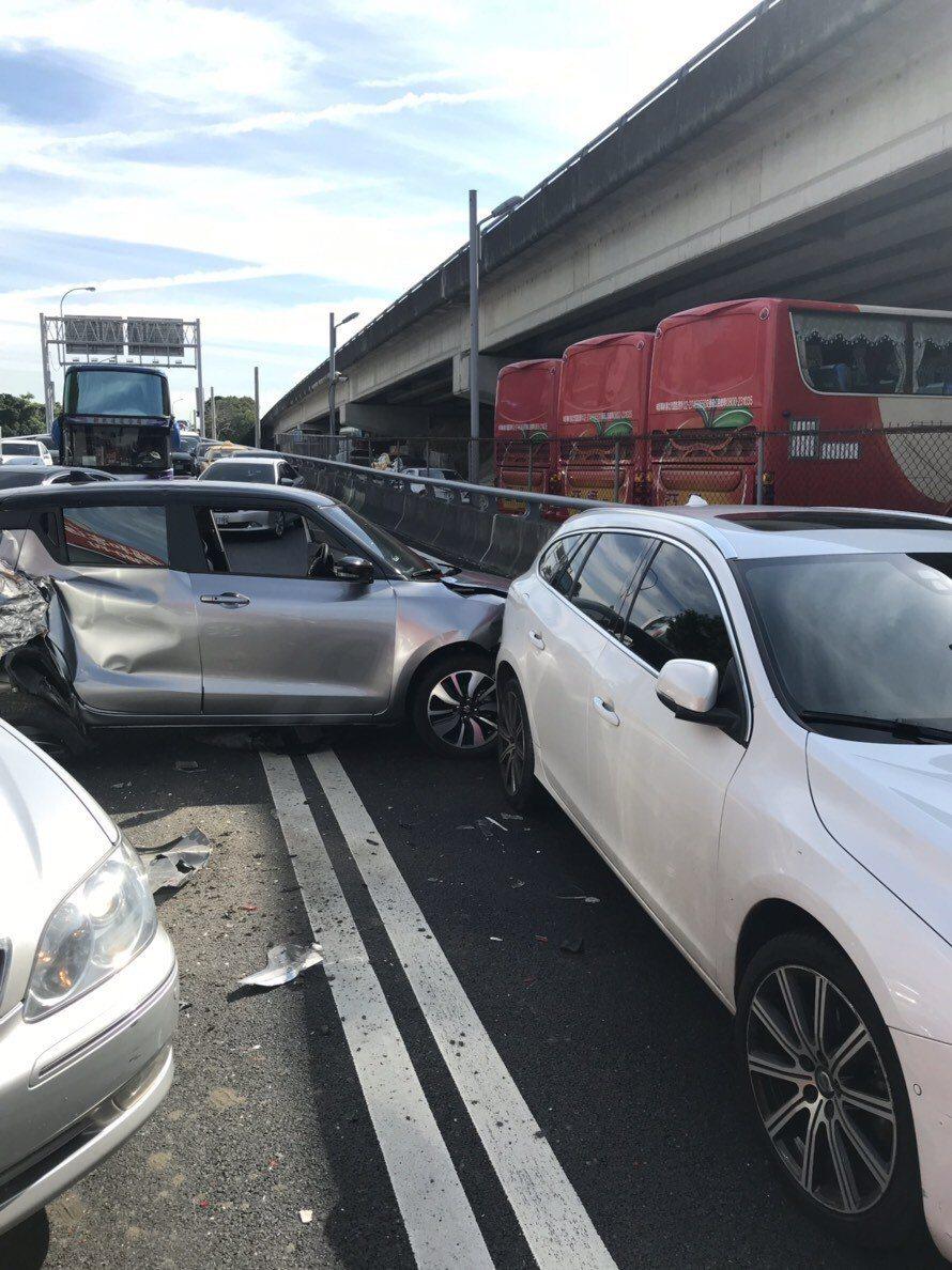 國道1號連接汐止五股高架道路發生7車連環車禍,造成3人輕傷,警方正在調查事故原因...