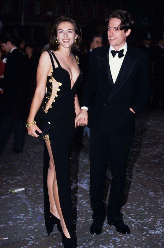 好萊塢女星伊莉莎白赫莉在1994年曾經以一身Versace黑色別針禮服驚豔全球。...