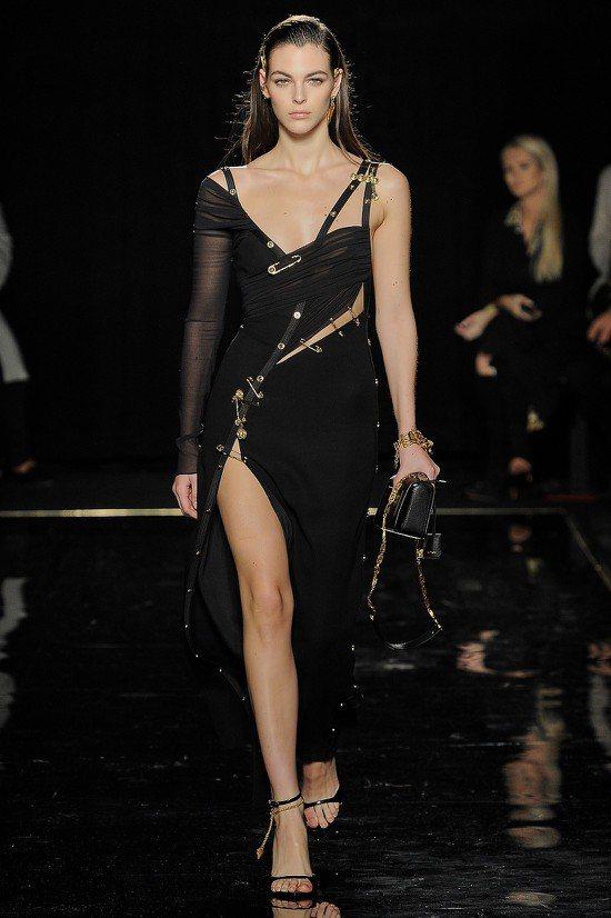 超模維多利亞西蕾蒂穿著新一代的Versace黑色別針禮服出場,立刻將時光帶回當年...