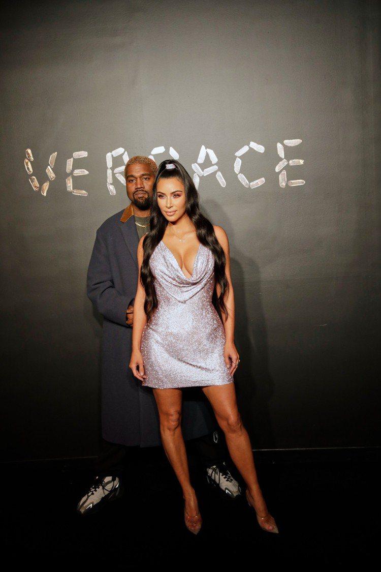 金卡達夏與肯伊威斯特夫婦。圖/Versace提供