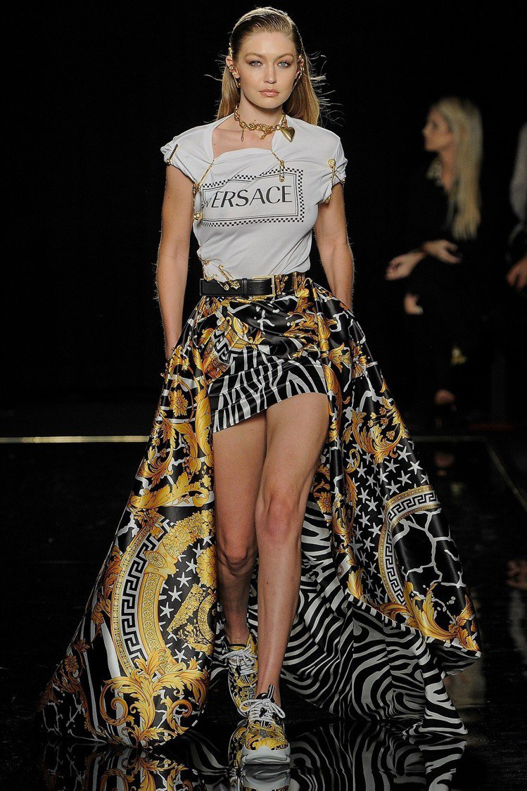 義大利時尚品牌Versace發表2019早秋男女裝系列,首次將秀場搬到紐約。圖/...