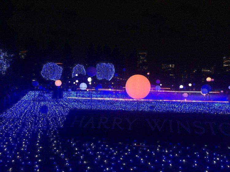 六本木Midtown耶誕燈光秀今年以「宇宙」為主題,使用19萬顆LED燈、100...