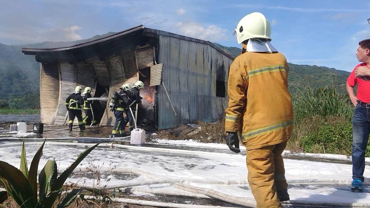 花蓮瑞穗鄉一座疑非法營業的瓦斯分裝廠,今天中午突然起火。圖/讀者提供