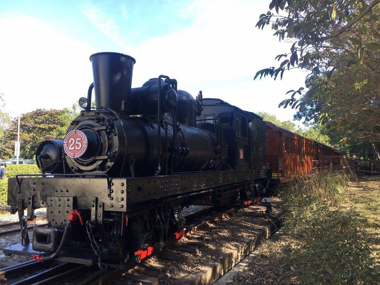 阿里山蒸汽火車加木造車廂的主題列車,明年起兩周一次行駛嘉義到北門。圖/阿里山林鐵...