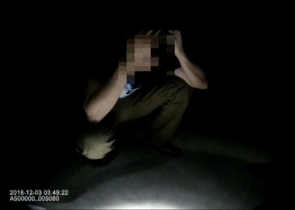警方在水塔旁逮捕35歲陳姓男子。記者張媛榆/翻攝