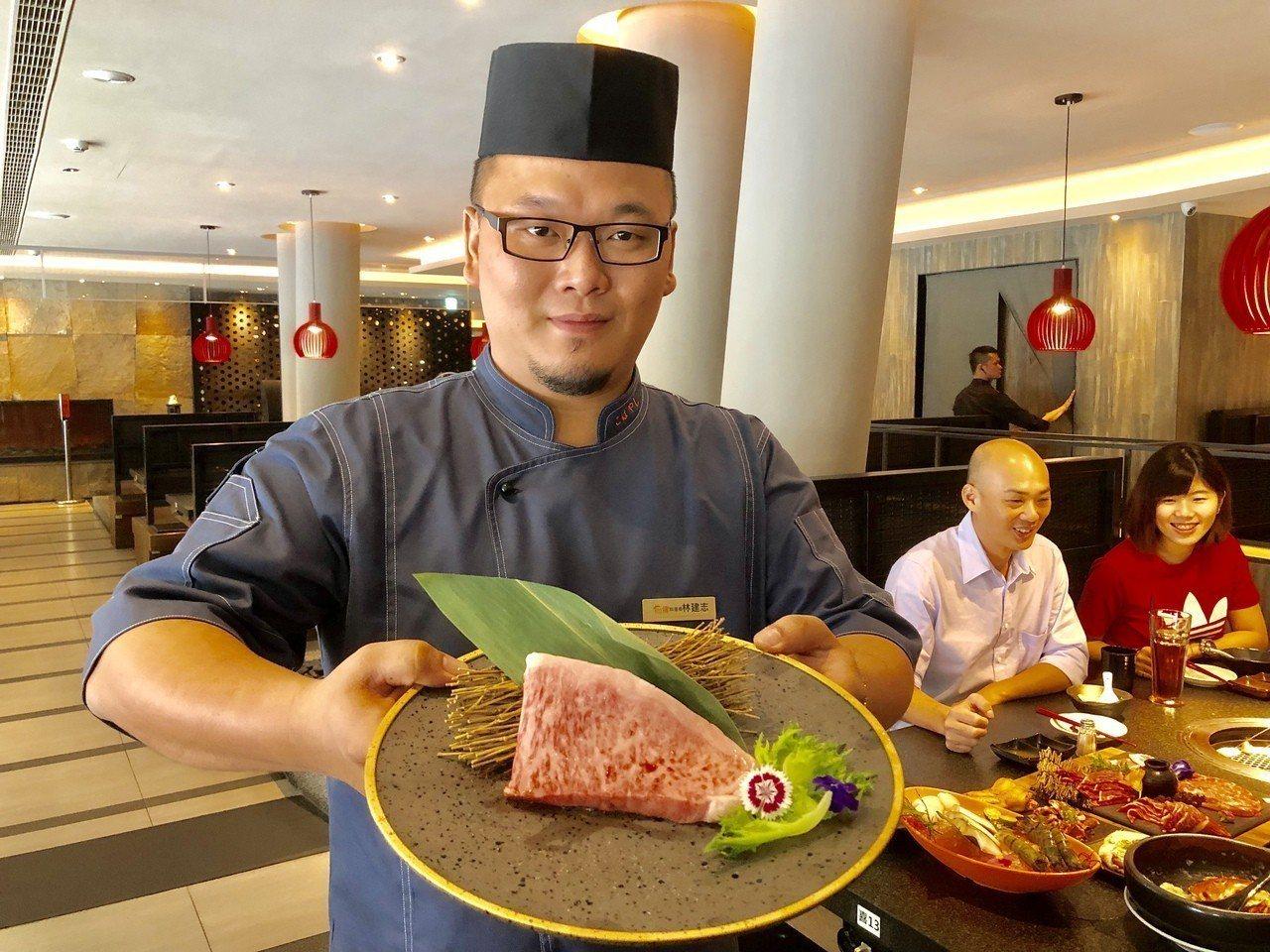 這塊肉是來自盛產和牛的日本名縣宮崎,品質是最高等級A5,炙烤後的口感如雪綿般入口...