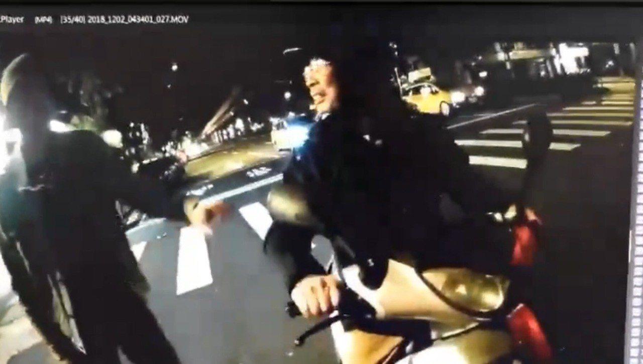 李男騎車酒駕撞員警,一旁路人還幫忙拔鑰匙。記者李承穎/翻攝