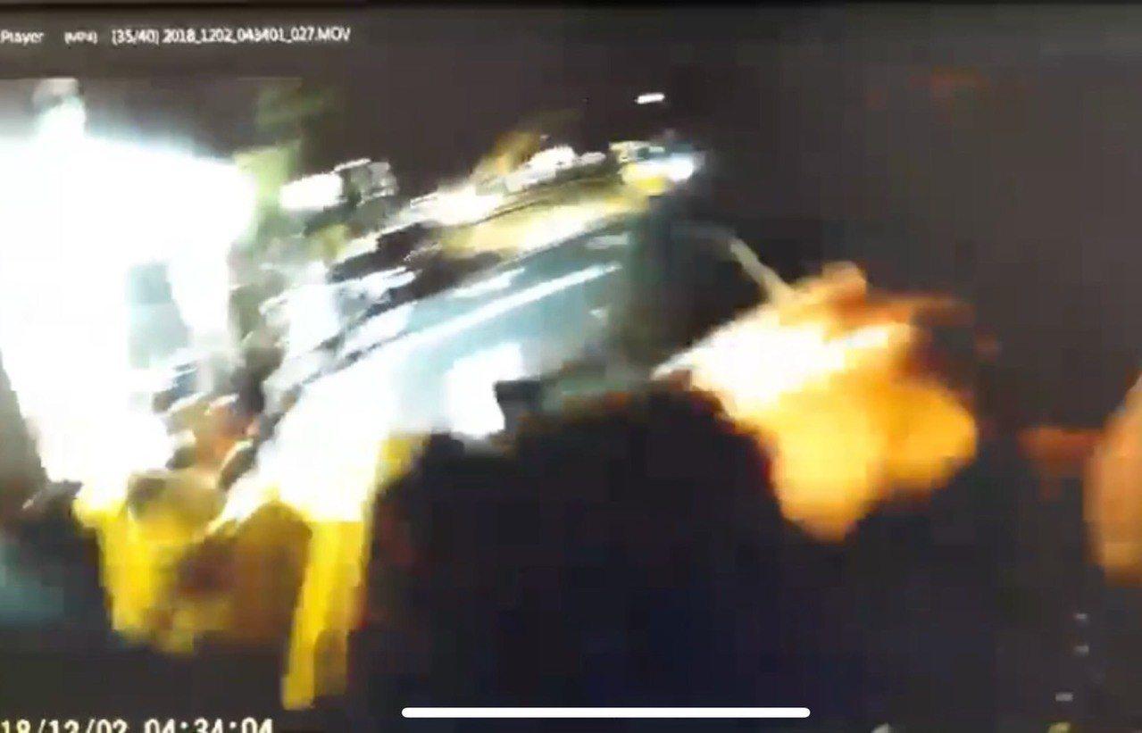 員警被撞後仍抓住李男。記者李承穎/翻攝