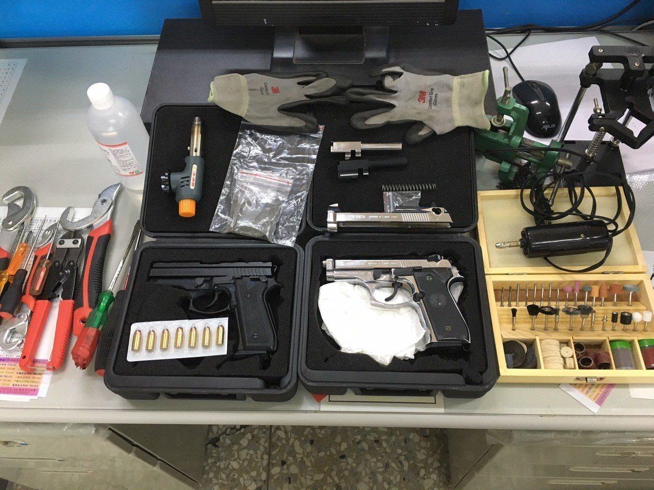 台南佳里警分局查獲許姓藥頭並起出改造槍彈等證物。記者吳淑玲/翻攝