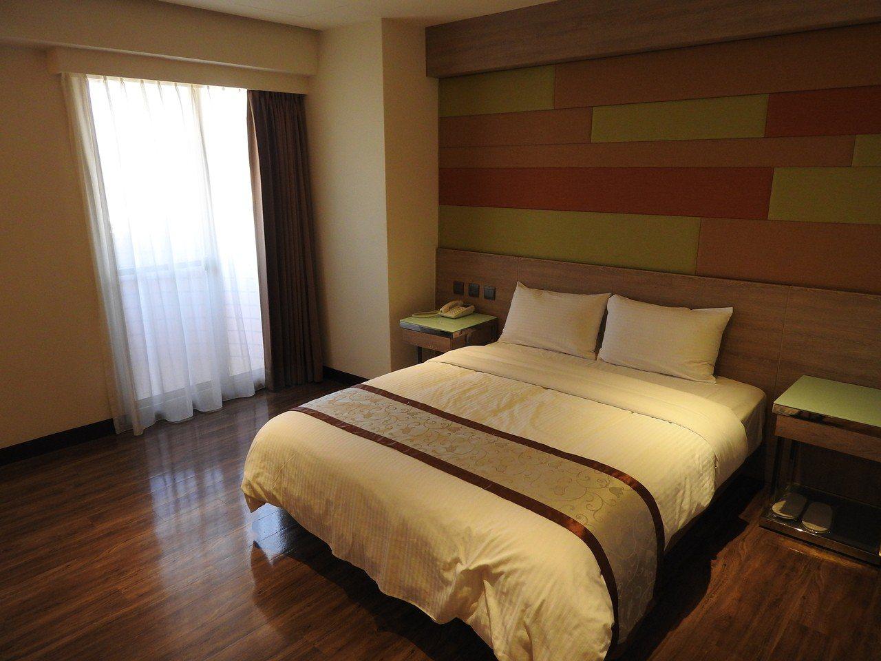 埔里鎮有飯店業者砸千萬元翻新設備,提升品質拉高滿意度,藉此拚回住率且開發新客源。...