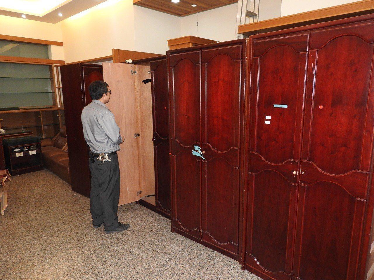 埔里鎮有飯店業者不僅砸千萬元翻新設備,替換下來的二手家具更霸氣讓民眾免費搬。記者...