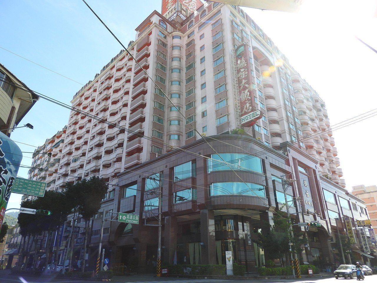 埔里鎮寶飯店是老字號觀光飯店,近期砸千萬元翻新設備,替換下來的家具還讓人免費搬。...