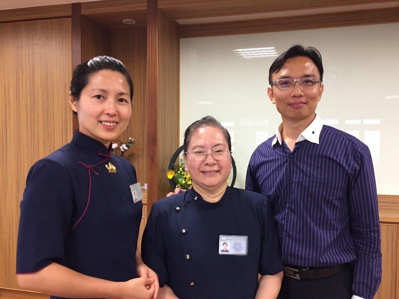 張家子女(右)把慈濟志工林美鳳(左)當成姊姊般看待。圖/慈濟基金會提供