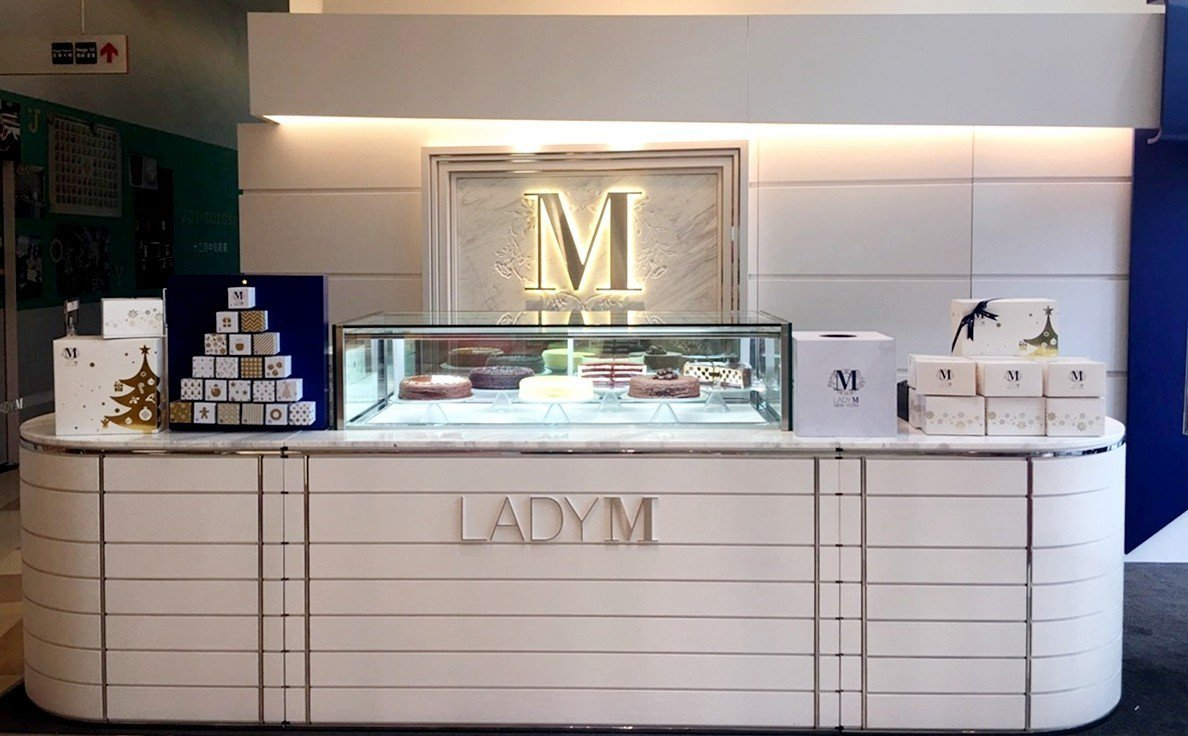 Lady M 板橋大遠百快閃店,打造成巨型禮物盒。圖/Lady M提供