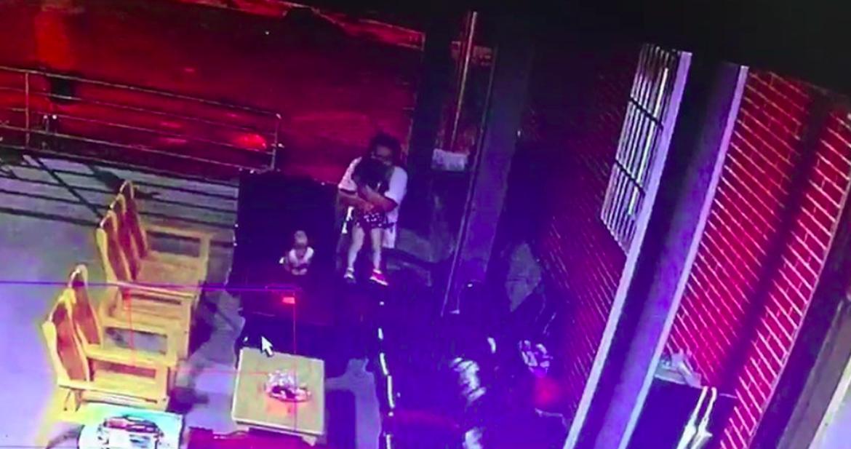 身穿白衣的唐宗浩涉嫌4度抱起女童強吻,遭士檢起訴。記者蕭雅娟/翻攝