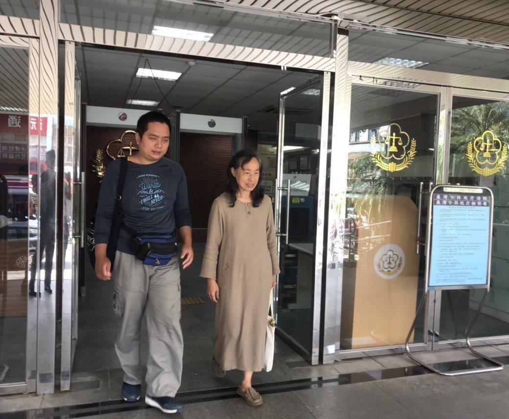 唐宗浩今由母親陪同至士林地方法院。記者蕭雅娟/攝影