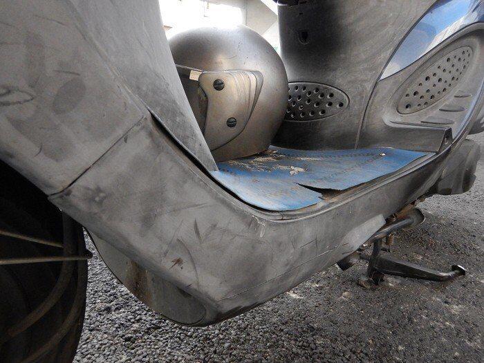 朱姓老翁機車側面有刮傷痕跡。記者林佩均/翻攝