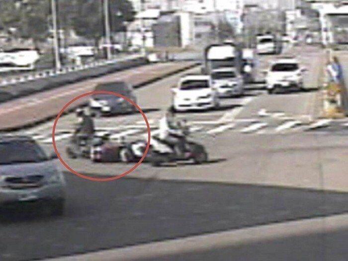 朱姓老翁騎車撞倒對向來車的范姓女騎士(紅色圓圈處),卻未下車報警。記者林佩均/翻...