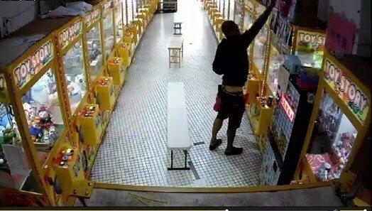 王姓男子涉嫌偷走機台店內的藍芽耳機、小音響、零錢等物。記者張媛榆/翻攝