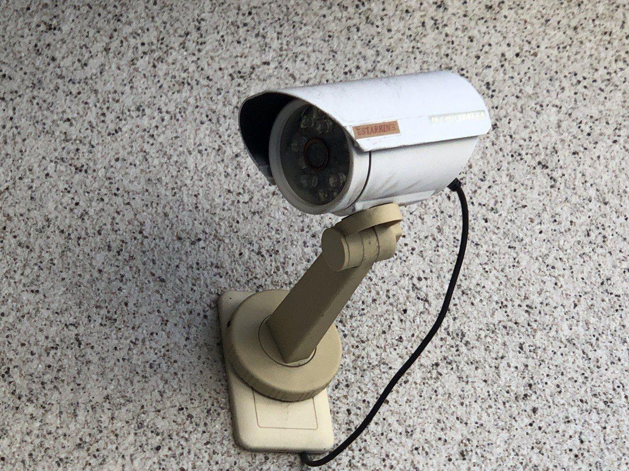 翁姓男子不滿該公寓大廈2名住戶在共用外牆架設監視器3具,不明意圖致他惶惶不安,因...