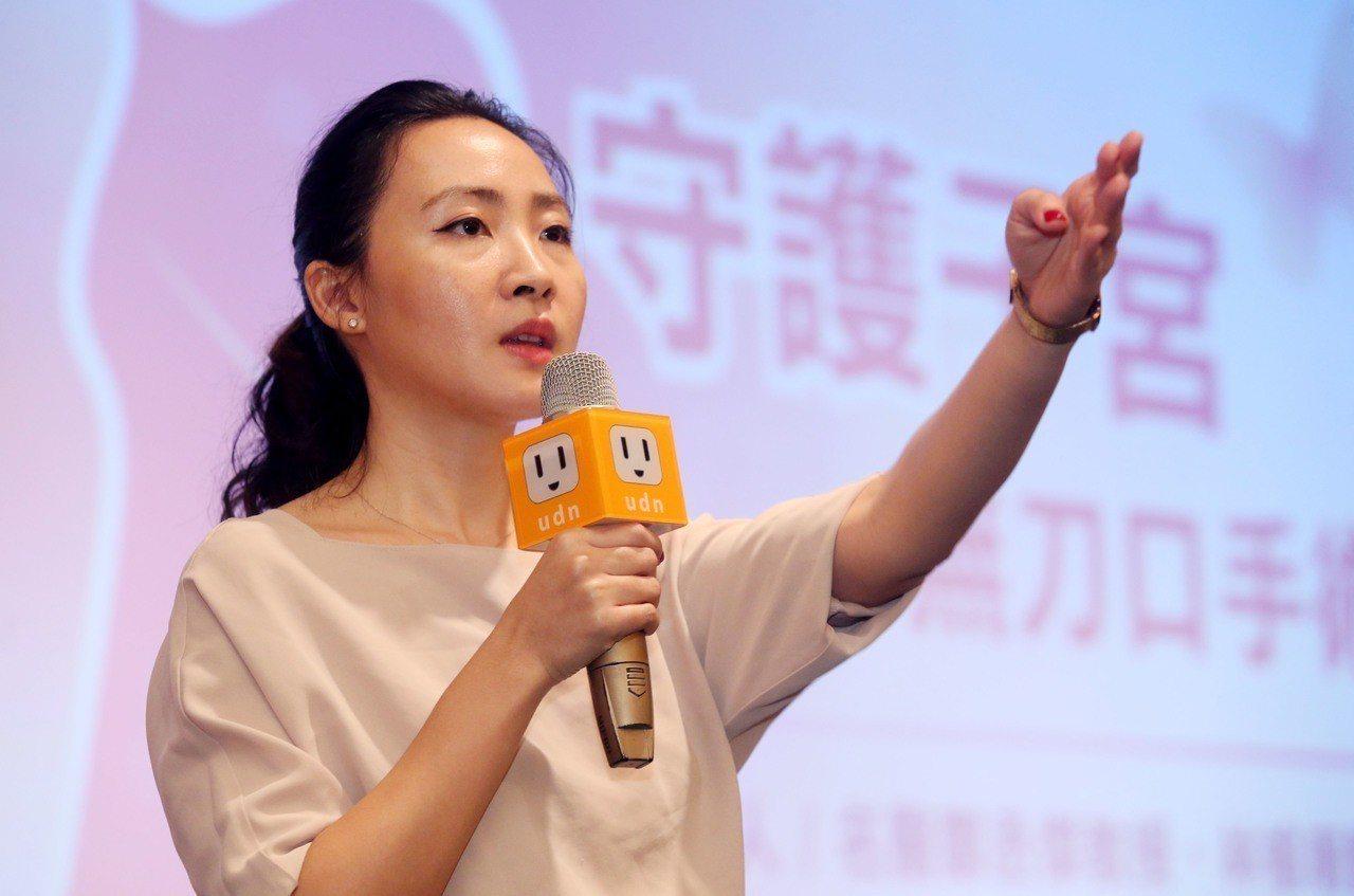 博仁綜合醫院婦產科主治醫師林榆珊分享子宮肌瘤的成因。記者林俊良/攝影