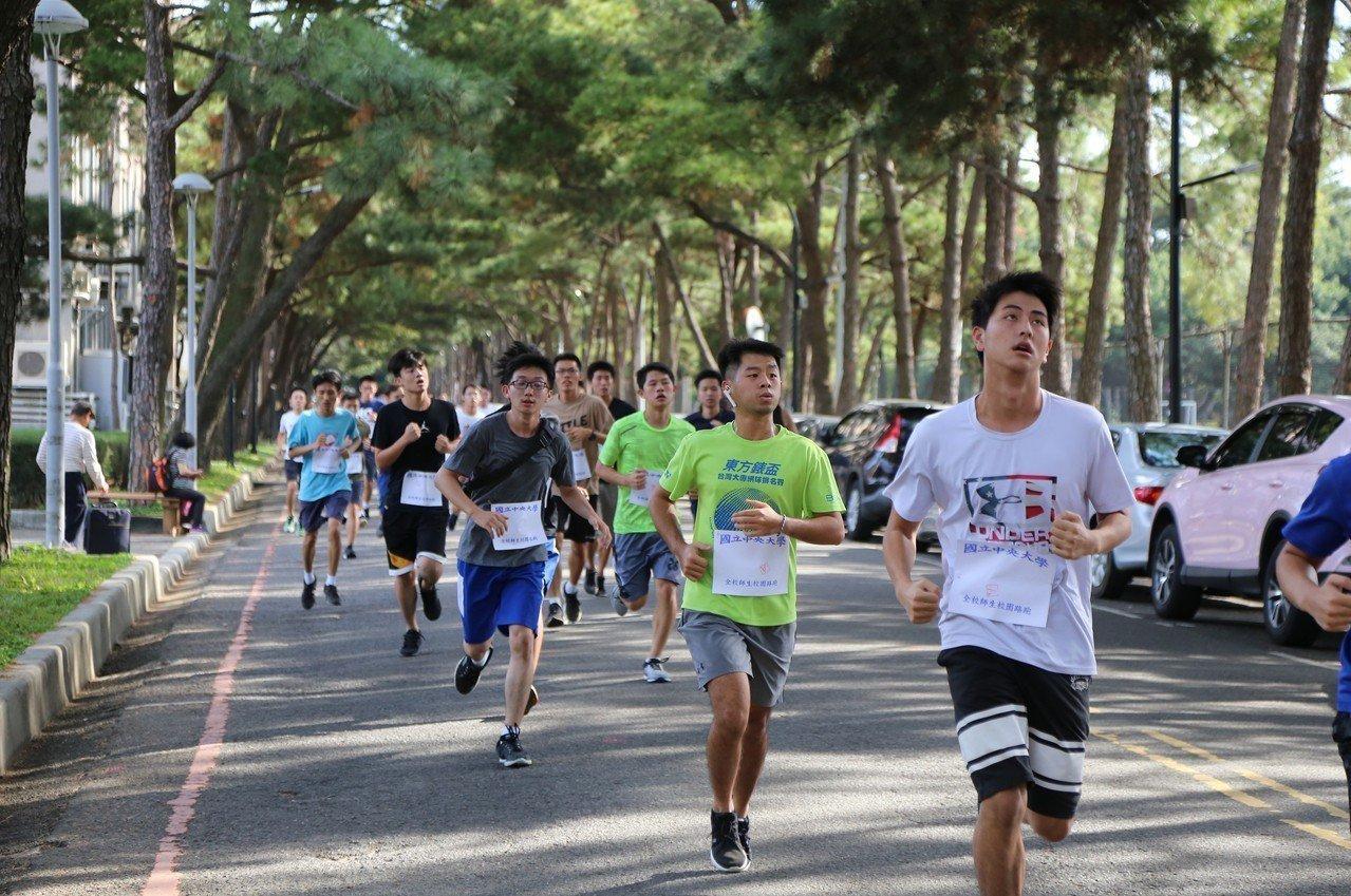 中央大學得天獨厚的慢跑環境,跑者在松林裏享受運動。圖/中央大學提供