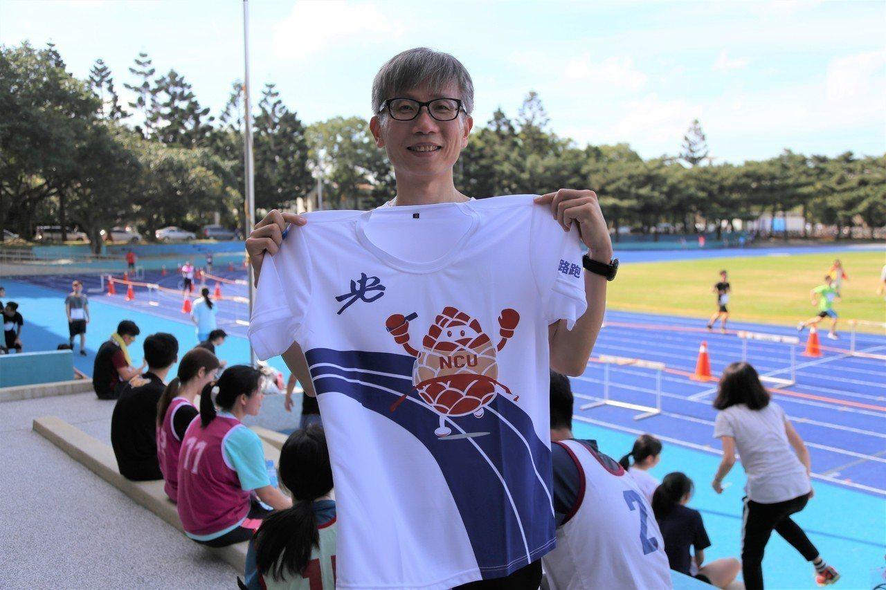 完賽者的紀念衫底色是中大新設的藍色跑道,加上107全大運的吉祥物「松果人」,實用...