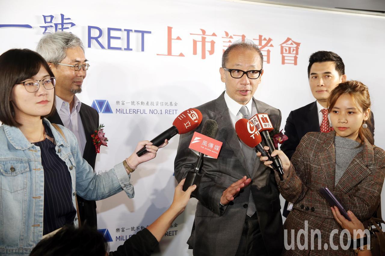 晶華飯店董事長潘思亮(中)指出觀光業「供過於求」,未來反而是飯店會變辦公大樓。 ...