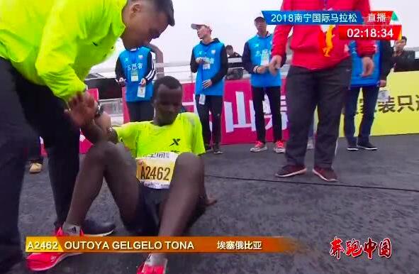 冠軍衣索比亞選手衝線還處於高速奔跑的狀態時,卻遭工作人員拉拽,「急剎車」後虛弱地...