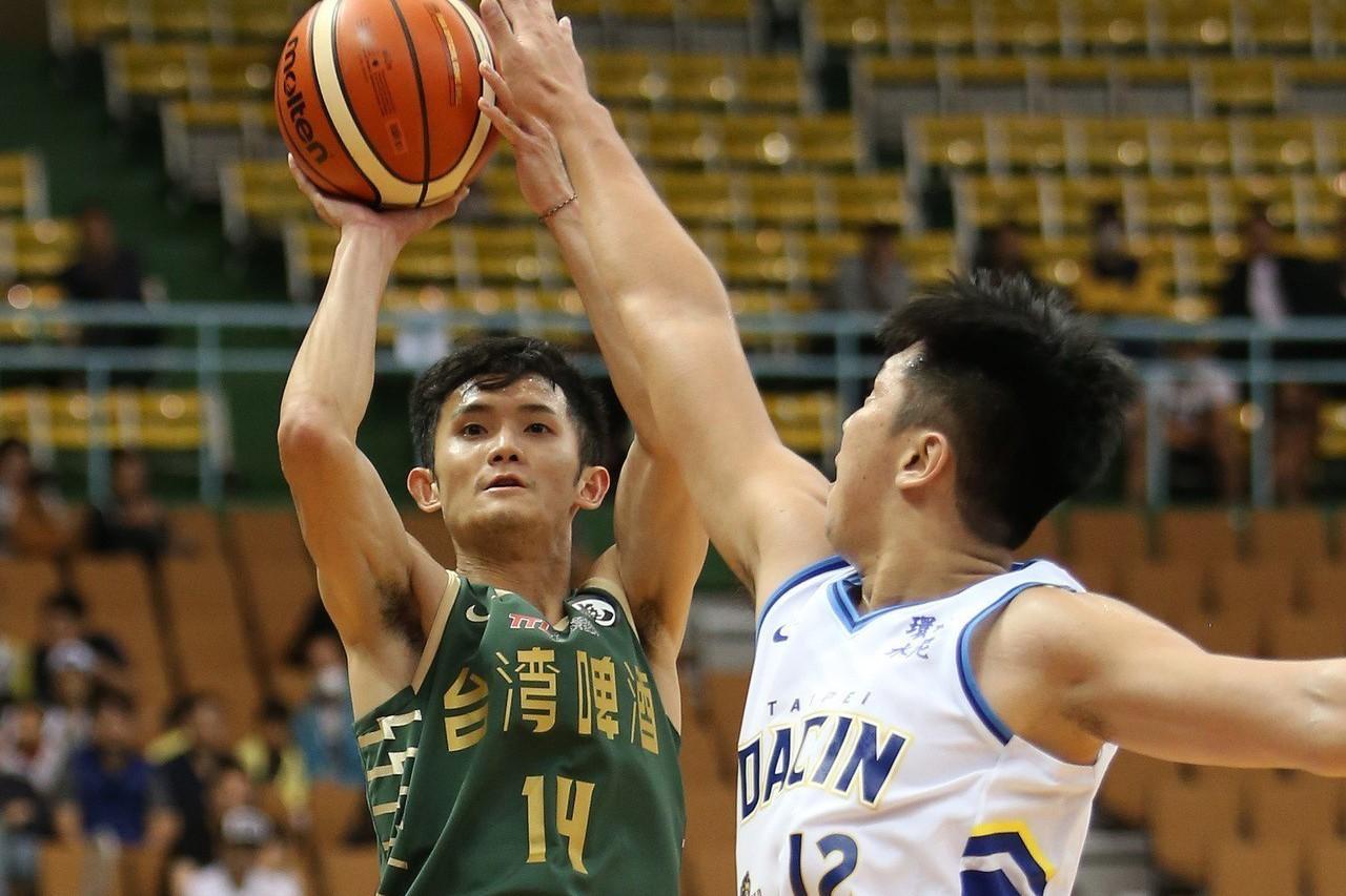蔣淯安(左)獲得第3周和11月雙料最有價值球員。圖/中華籃協提供