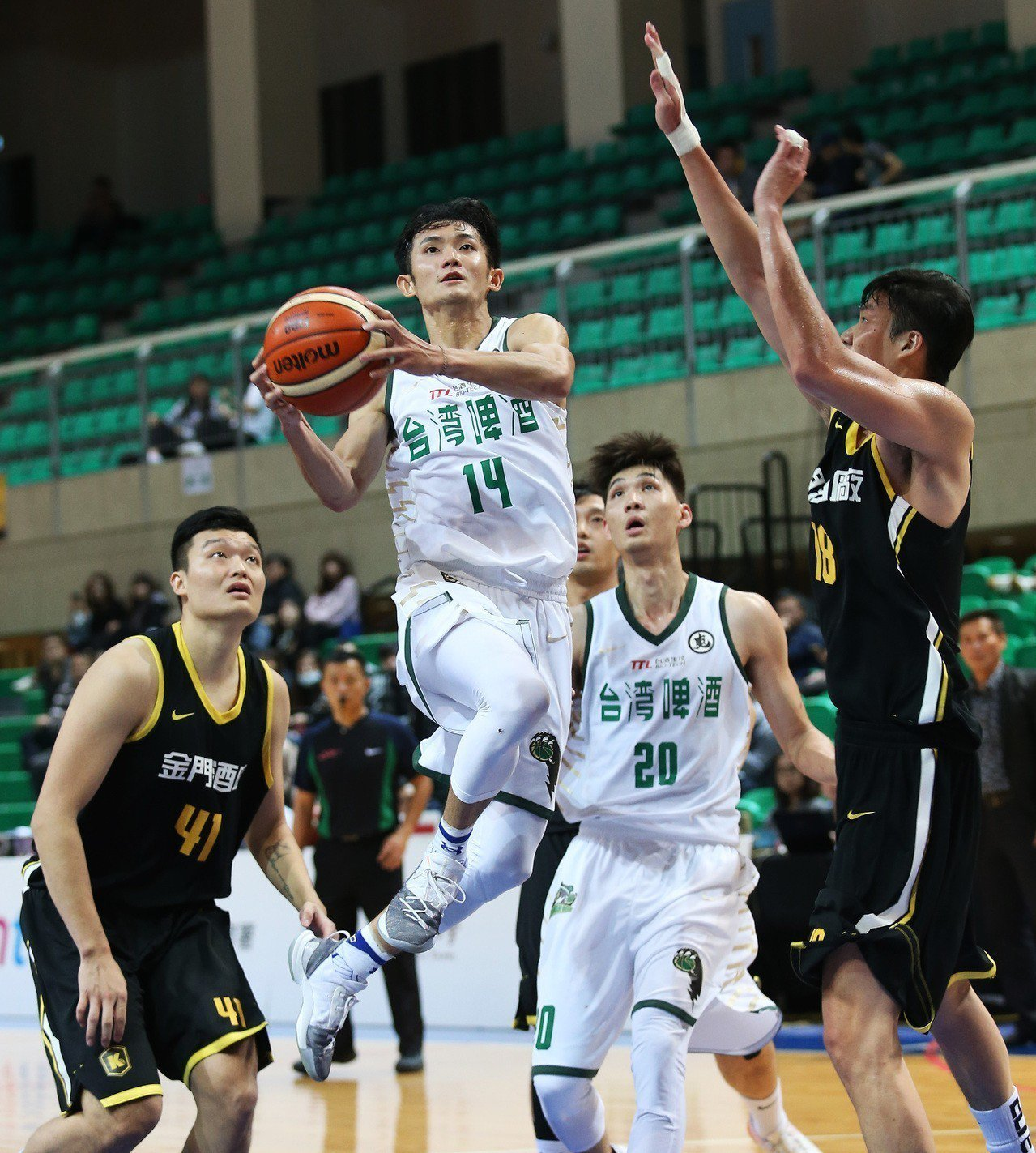 蔣淯安(左二)獲得第3周和11月雙料最有價值球員。圖/中華籃協提供