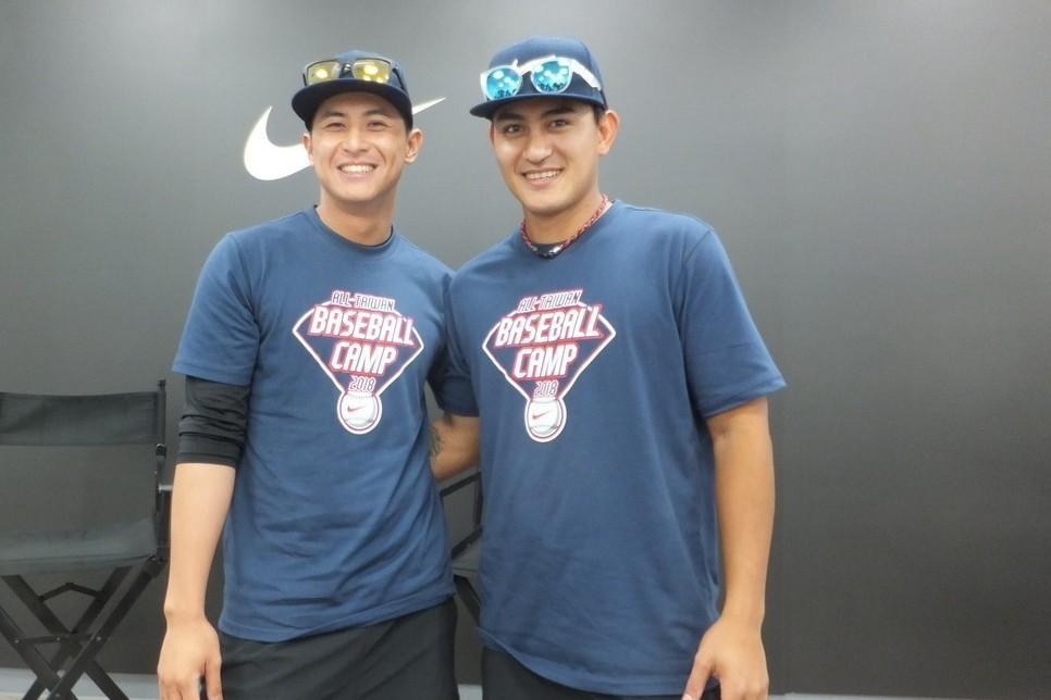林子偉(右)、陳傑憲從小就有好交情,今天在青棒訓練營碰面,兩人有說有笑。記者藍宗...
