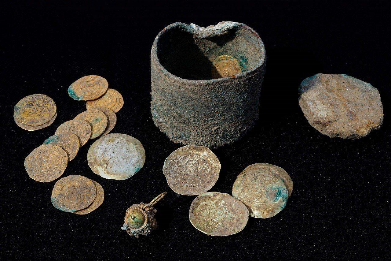 考古學家近日在北以色列的古代地中海港都凱撒利亞,找到一個據信藏在牆內900多年的...