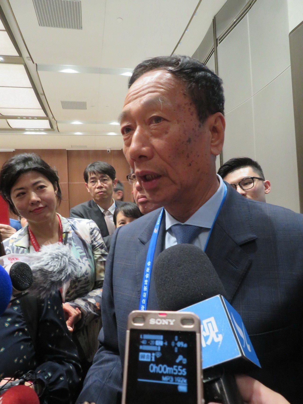 鴻海集團董事長郭台銘4日在「2018兩岸器家峰會年會」上強調,一定會去高雄投資。...