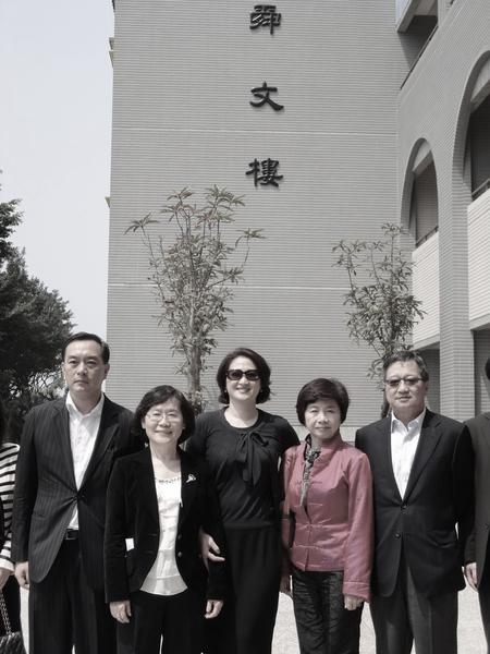 裕隆集團前董事長嚴凱泰(左)與其妻、現任裕隆集團董事長陳莉蓮(中)於2011年參...