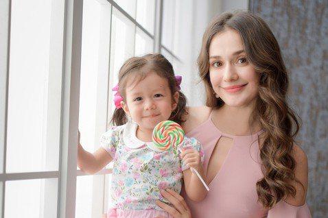 瑞莎與2歲的女兒Nika穿母女裝登上「嬰兒與母親」雜誌封面,瑞莎透露,Nika現在對穿搭已經很有自己的想法,但不愛粉色也不愛蕾絲,反而喜歡走個性風,最喜歡黑色衣服,不過其實Nika最「崇尚自然」,「...
