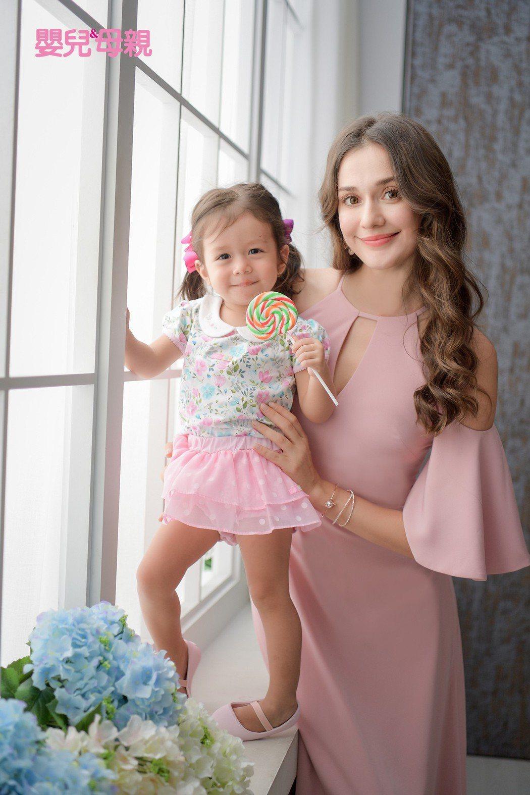 瑞莎與女兒Nika母女裝拍攝雜誌。圖/嬰兒與母親提供