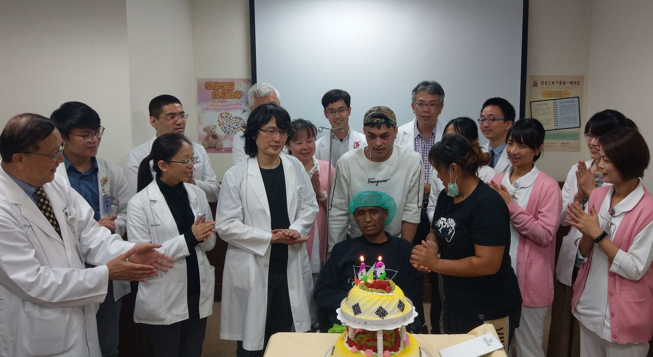 史姓砂石車司機(中)接受心臟移植手術後重獲新生,今天在家人、醫護人員陪伴下,開心...